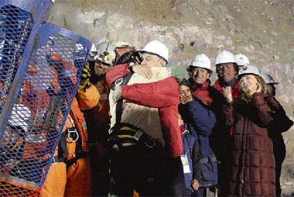 Florencio Ávalos, el primer minero en ser rescatado, es abrazado por el presidente Sebastián Piñera.