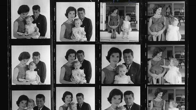 Se muestran por primera vez las imágenes más reservadas de la familia de JFK [jacques lowe] Contactos de una sesión en la que aparecen Kennedy y Jackie con su hija Caroline en su casa de Hyannis Port (Massachusetts)